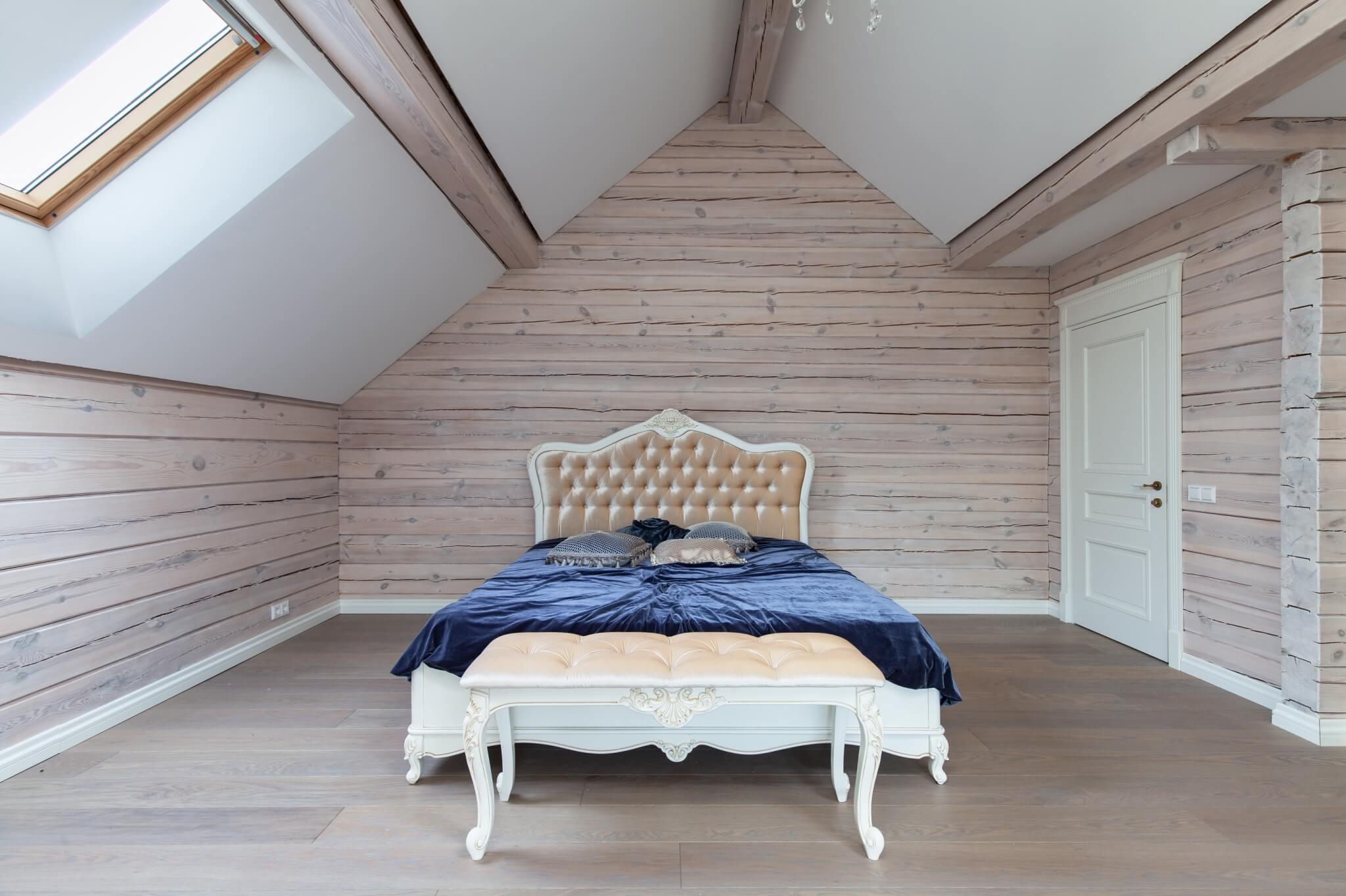 Klasikinė pastelinių spalvų miegamojo lova su drožyba