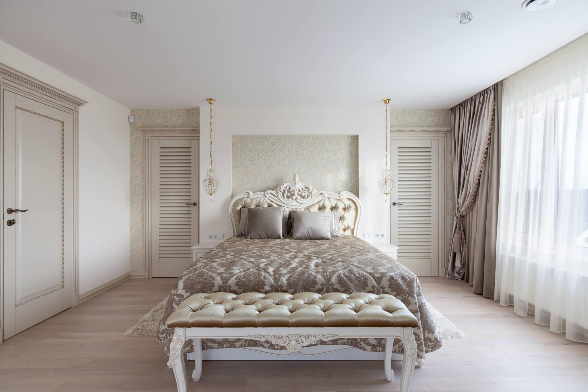 Prabangi miegamojo lova su medžio drožyba ir suoliukas