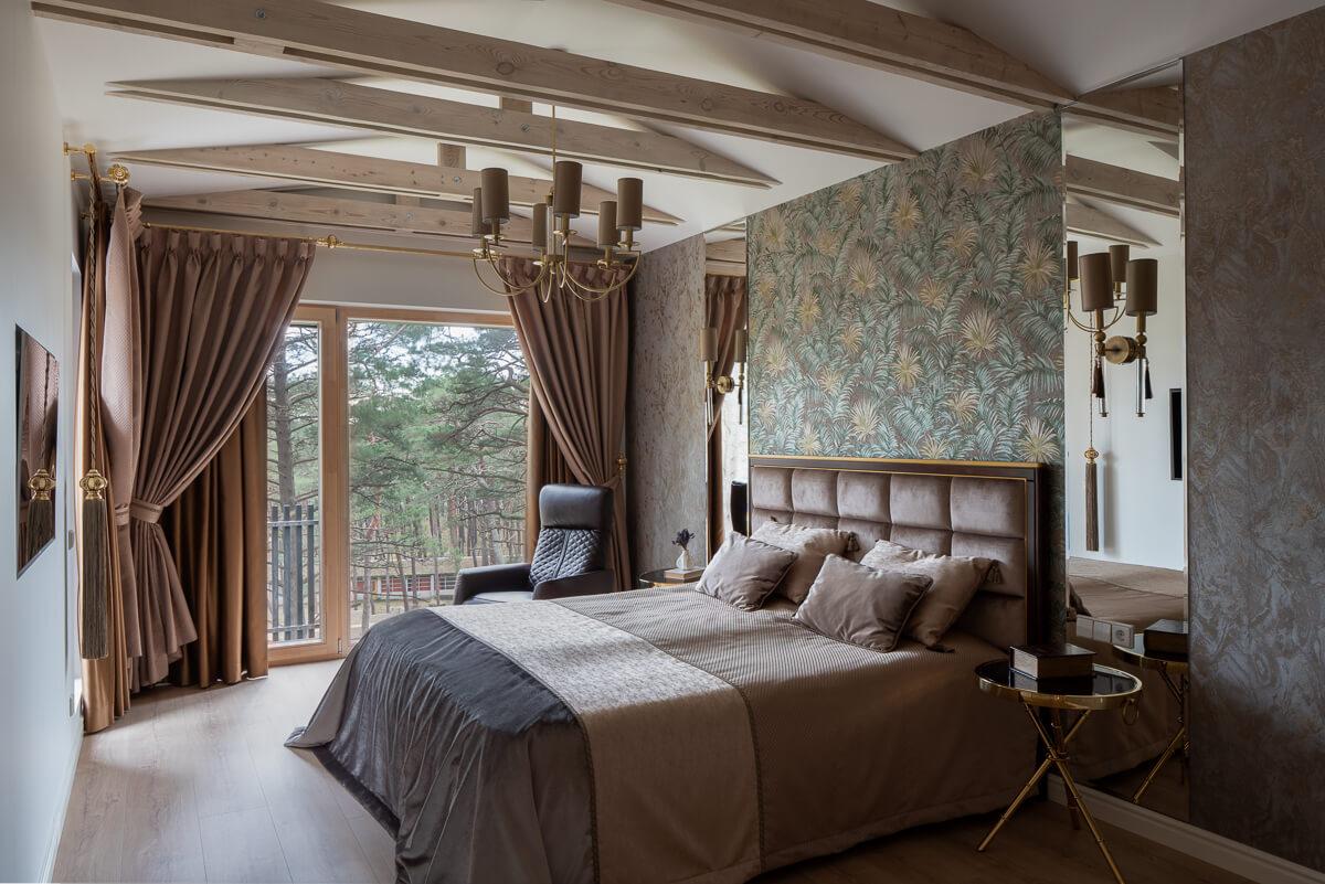 Žemės spalvų miegamojo lova